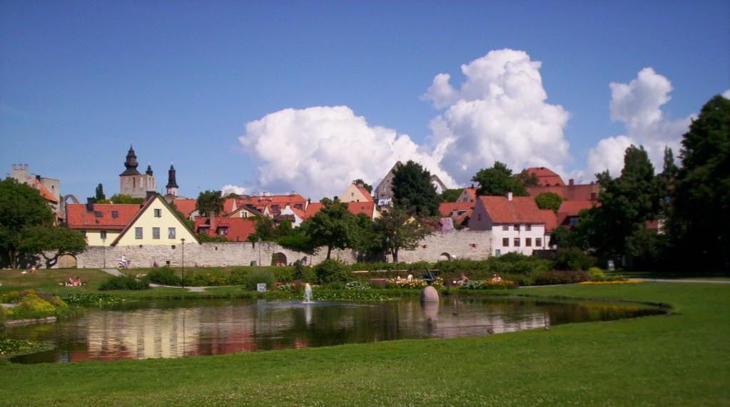 Hus, damm och gräs i Visby.